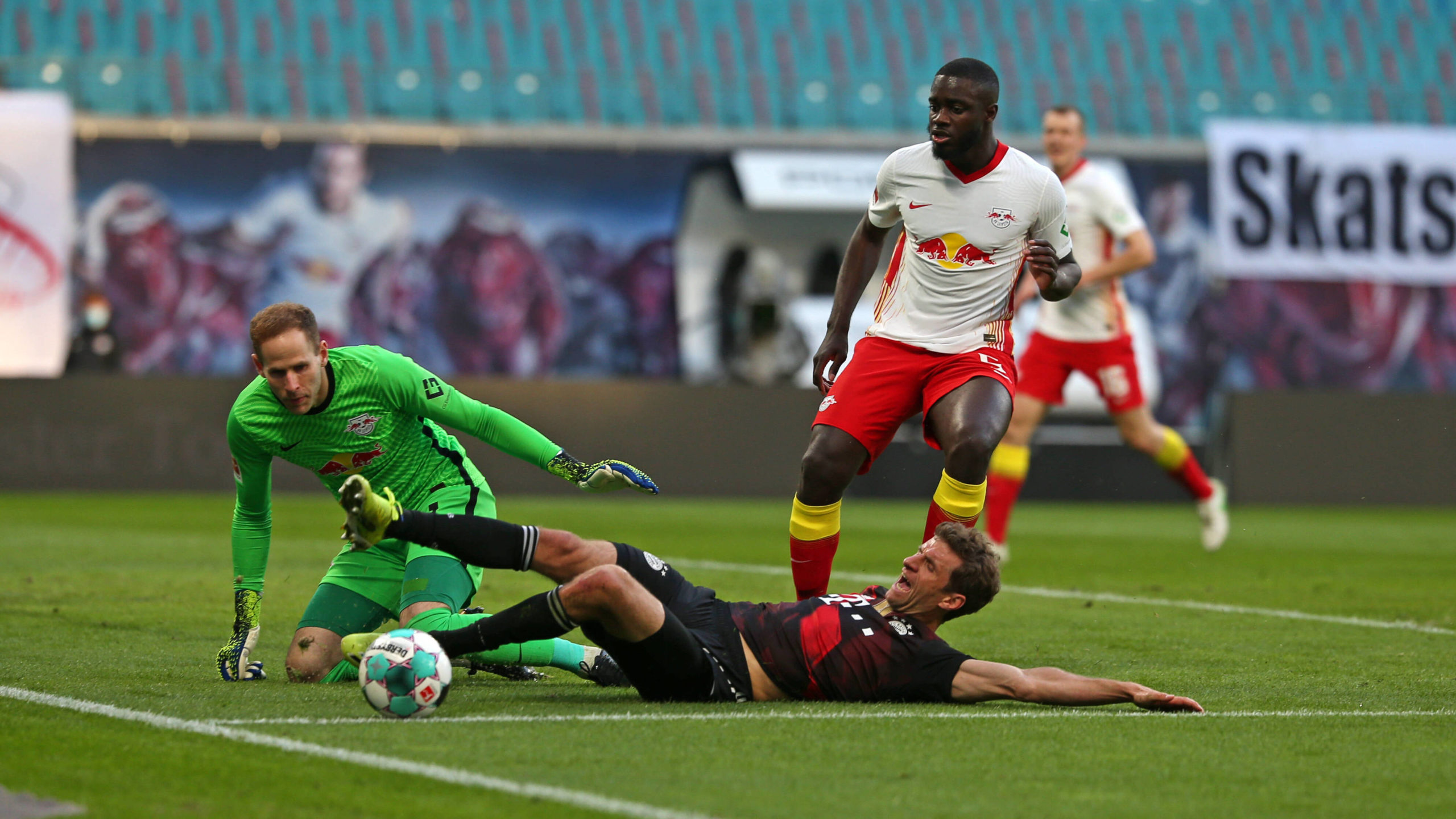 03.04.2021, Fussball 1. Bundesliga 2020/2021, 27. Spieltag, RB Leipzig - FC Bayern München, in der Red Bull Arena Leipzig. v.li: Torwart Peter Gulacsi RB Leipzig, Thomas Müller FC Bayern München gegen Dayot Upamecano RB Leipzig ***DFL and DFB regulations prohibit any use of photographs as image sequences and/or quasi-video.*** *** 03 04 2021, Football 1 Bundesliga 2020 2021, 27 Matchday, RB Leipzig FC Bayern Munich, at Red Bull Arena Leipzig from left goalkeeper Peter Gulacsi RB Leipzig , Thomas Müller FC Bayern Munich vs Dayot Upamecano RB Leipzig DFL and DFB regulations prohibit any use of photographs as image sequences and or quasi video